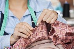 Ράβοντας ύφασμα ραφτών στο ράψιμο του εργοστασίου Στοκ φωτογραφία με δικαίωμα ελεύθερης χρήσης