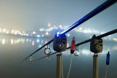 Ράβδοι κυπρίνων στην ομιχλώδη νύχτα Αστική έκδοση Αλιεία νύχτας Στοκ Φωτογραφίες