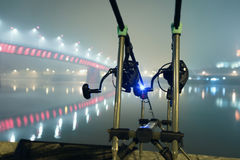 Ράβδοι κυπρίνων στην ομιχλώδη νύχτα Αστική έκδοση Αλιεία νύχτας Στοκ Εικόνες