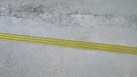 Ράγες ενίσχυσης κατασκευής που βάζουν στο τσιμεντένιο πάτωμα απόθεμα βίντεο