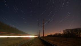 Ράγες νύχτας - τρόπος τραίνων με τα αστέρια κινήσεων, stratrails skyes timelapse απόθεμα βίντεο