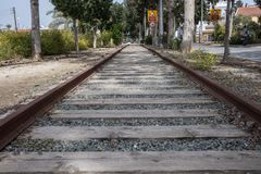 Ράγες, ttrain διαδρομές, που εγκαταλείπονται στην πόλη στοκ εικόνες