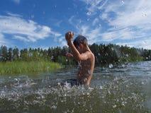 Ράντισμα αγοριών σε μια κρύα νορβηγική θάλασσα Στοκ εικόνα με δικαίωμα ελεύθερης χρήσης