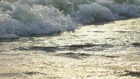 Ράντισμα κυμάτων θάλασσας στην άμμο της τροπικής αστράφτοντας και λαμπυρίζοντας κινηματογράφησης σε πρώτο πλάνο παραλιών nanure π φιλμ μικρού μήκους