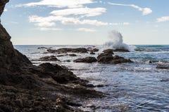 Ράντισμα κυμάτων στους βράχους Στοκ Φωτογραφίες