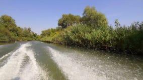 Ράντισμα νερού πίσω από μια βάρκα μηχανών απόθεμα βίντεο