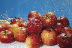 Ράντισμα νερού στα φρέσκα κόκκινα μήλα Στοκ Εικόνες