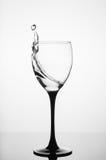 Ράντισμα νερού στο γυαλί κρασιού στο άσπρο υπόβαθρο Στοκ Φωτογραφίες
