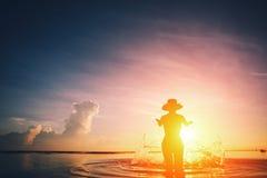 Ράντισμα σκιαγραφιών γυναικών ` s στον ωκεανό Στοκ φωτογραφία με δικαίωμα ελεύθερης χρήσης