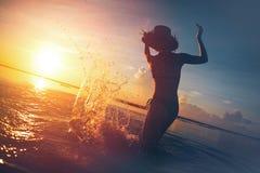 Ράντισμα σκιαγραφιών γυναικών ` s στο νερό Στοκ φωτογραφία με δικαίωμα ελεύθερης χρήσης