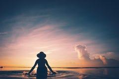 Ράντισμα σκιαγραφιών γυναικών ` s στο νερό Στοκ Εικόνες