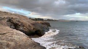 Ράντισμα των ωκεάνιων κυμάτων στην παραλία Santa Barbara Goleta Pacific Coast Καλιφόρνια απόθεμα βίντεο