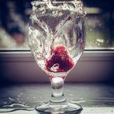 Ράντισμα φραουλών στο ποτήρι του νερού στη μορφή καρδιών Στοκ φωτογραφίες με δικαίωμα ελεύθερης χρήσης