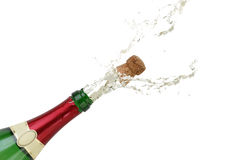 Ράντισμα CHAMPAGNE από το μπουκάλι στη Παραμονή Πρωτοχρονιάς ή το κόμμα στοκ εικόνα