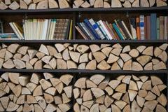 Ράφια για τα βιβλία και το καυσόξυλο Στοκ φωτογραφία με δικαίωμα ελεύθερης χρήσης