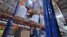 Ράφια και ράφια σε μια αποθήκη εμπορευμάτων Έννοια αποθήκευσης 4K φιλμ μικρού μήκους
