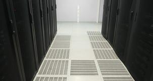 Ράφια κεντρικών υπολογιστών πραγματικό σύγχρονο datacenter σύννεφο του 2010 που υπολ&omicron Κεντρικός υπολογιστής στο datacenter απόθεμα βίντεο