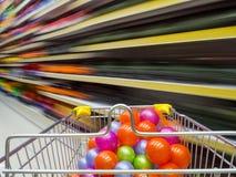 Ράφια μαγαζιό και καροτσάκι αγορών Στοκ φωτογραφία με δικαίωμα ελεύθερης χρήσης