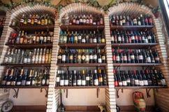 Ράφια μαγαζιό κρασιού Κατάστημα οινοποιιών Στοκ Εικόνες