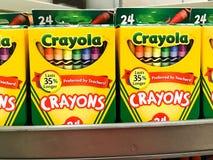 Ράφια μανάβικων που εφοδιάζονται με τα κραγιόνια Crayola στοκ φωτογραφίες με δικαίωμα ελεύθερης χρήσης