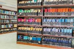 Ράφια με τα παλαιά βιβλία και τα περιοδικά στοκ φωτογραφία
