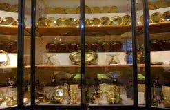 Ράφια με τα χρυσά και ασημένια και πιάτα μιμητών στην αυτοκρατορική ασημένια συλλογή στο Hofburg στοκ εικόνα