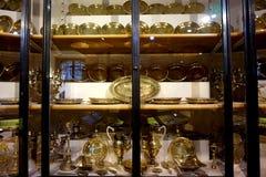 Ράφια με τα χρυσά και ασημένια και πιάτα μιμητών στην αυτοκρατορική ασημένια συλλογή στο Hofburg στοκ φωτογραφία