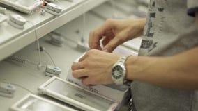 Ράφια με τις οικιακές συσκευές στο κατάστημα φιλμ μικρού μήκους