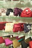 Ράφια που γεμίζουν με τσάντες γυναικείων τις έξυπνες χεριών Στοκ εικόνες με δικαίωμα ελεύθερης χρήσης
