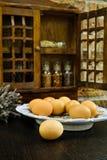 Ράφι αγροτικών εκλεκτής ποιότητας ξύλινο καρυκευμάτων ή γραφείο αποθήκευσης με φρέσκο π.χ. Στοκ εικόνες με δικαίωμα ελεύθερης χρήσης