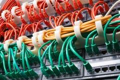 Ράφι κεντρικών υπολογιστών με τα κόκκινα, κίτρινα και πράσινα καλώδια Στοκ εικόνα με δικαίωμα ελεύθερης χρήσης