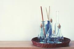 Ράφι με τα διακοσμητικά μπουκάλια Στοκ Φωτογραφίες