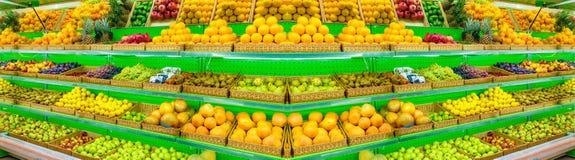 Ράφι με τα φρέσκα οργανικά φρούτα σε μια υπεραγορά αγροτικής αγοράς Apple, πορτοκάλι, σταφύλια, persimmon, ακτινίδιο, ανανάς, αχλ Στοκ φωτογραφία με δικαίωμα ελεύθερης χρήσης
