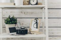 Ράφι με τις προμήθειες γραφείων Στοκ Φωτογραφία
