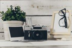 Ράφι με τις προμήθειες γραφείων Στοκ Εικόνες