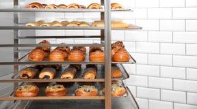 Ράφι με τις φρέσκες ζύμες στο εργαστήριο αρτοποιείων στοκ φωτογραφίες