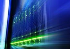 Ράφι με τον κεντρικό υπολογιστή λεπίδων πίσω από τα κάγκελα στη θαμπάδα και την κίνηση κέντρων δεδομένων Στοκ εικόνα με δικαίωμα ελεύθερης χρήσης
