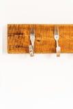 Ράφι παλτών που γίνεται από τα δημιουργικά καμμμένα δίκρανα Στοκ Φωτογραφία