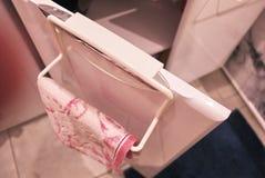 Ράφι πετσετών στο λουτρό ή την κουζίνα Το μικρή βοηθητική εσωτερική λουτρό ή η κουζίνα, θα βοηθήσει στην οικονομία Λεπτομέρειες κ στοκ εικόνα με δικαίωμα ελεύθερης χρήσης