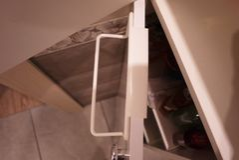 Ράφι πετσετών στο λουτρό ή την κουζίνα Το μικρή βοηθητική εσωτερική λουτρό ή η κουζίνα, θα βοηθήσει στην οικονομία Λεπτομέρειες κ στοκ φωτογραφία με δικαίωμα ελεύθερης χρήσης