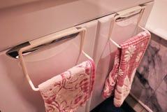 Ράφι πετσετών στο λουτρό ή την κουζίνα Το μικρή βοηθητική εσωτερική λουτρό ή η κουζίνα, θα βοηθήσει στην οικονομία Λεπτομέρειες κ στοκ φωτογραφίες με δικαίωμα ελεύθερης χρήσης