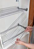 Ράφι πιάτων καλωδίων συνελεύσεων για την ξήρανση των πιάτων μέσα στο γραφείο κουζινών στοκ εικόνα