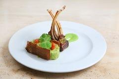 Ράφι του μοσχαρίσιου κρέατος, πλευρά πρόβειων κρεάτων στο άσπρο πιάτο Στοκ Φωτογραφίες