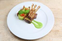 Ράφι του μοσχαρίσιου κρέατος, πλευρά πρόβειων κρεάτων στο άσπρο πιάτο Στοκ φωτογραφίες με δικαίωμα ελεύθερης χρήσης
