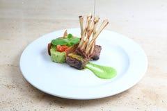 Ράφι του μοσχαρίσιου κρέατος, πλευρά πρόβειων κρεάτων στο άσπρο πιάτο Στοκ φωτογραφία με δικαίωμα ελεύθερης χρήσης