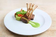 Ράφι του μοσχαρίσιου κρέατος, πλευρά πρόβειων κρεάτων στο άσπρο πιάτο Στοκ Εικόνα