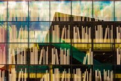Ράφι ` s βιβλιοθήκης που τυπώνεται στα παράθυρα της κοινοτικής βιβλιοθήκης στην πόλη του Ντελφτ στοκ φωτογραφία με δικαίωμα ελεύθερης χρήσης