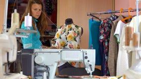 Ράφτης γυναικών που εργάζεται dressmaking στο στούντιο απόθεμα βίντεο