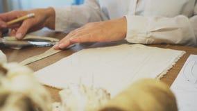 Ράφτης γυναικών που κάνει τα πρότυπα απόθεμα βίντεο