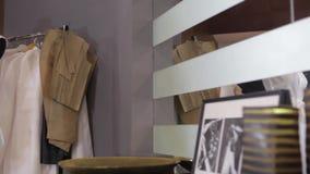 Ράφτης και μανεκέν στο στούντιο μόδας Ράφτης που εργάζεται στο στούντιο Λήψη των μέτρων Λευκό μανεκέν στο fron του φωτός απόθεμα βίντεο